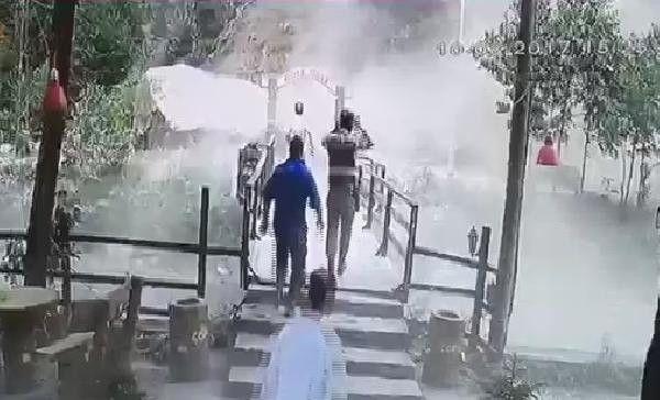 Dha İstanbul- Yola Düşen Dev Kayadan İşte Böyle Kaçtılar