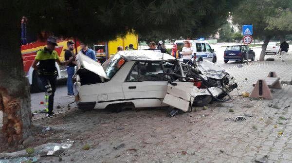 Sürücü Ağaca Çarpan Otomobilde Öldü
