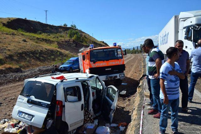 Sivas'ta Tır ile Hafif Ticari Araç Çarpıştı: 2 Ölü