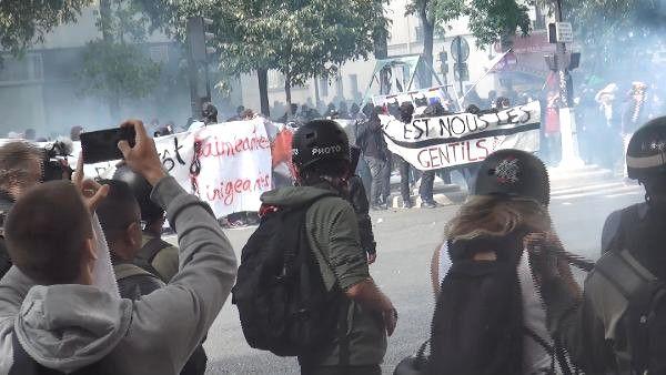 Paris'te Çalışma Yasası Reformu Yine Sokakları Karıştırdı