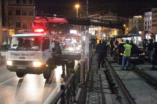 Kadıköy'de Kontrolden Çıkan Otomobil Tramvay Yoluna Girdi, Seferler Aksadı