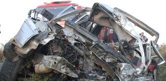 Karaali: Şanlıurfa'da İşçileri Taşıyan Minibüs ile Otomobil  Kafa Kafaya Çarpıştı: 3 Ölü, 17 Yaralı