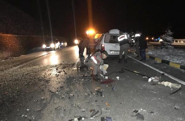 Tır'a Çarpan Minibüsün Sürücüsü Yaralandı