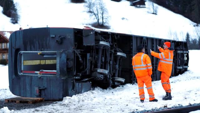 Ölümcül Fırtınalar Avrupa'da Üç Can Aldı, Trenin Raylardan Çıkmasına Neden Oldu