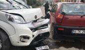 Sokak Arasında İki Araç Kafa Kafaya Çarpıştı: 2 Yaralı
