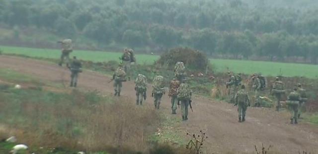 Afrine'e yapılacak olası bir harekat için Suriye sınırına sevkiyat yapıldı. Askeri birlikler, bölgede konuşlandırıldı.   Sungurlu Haber