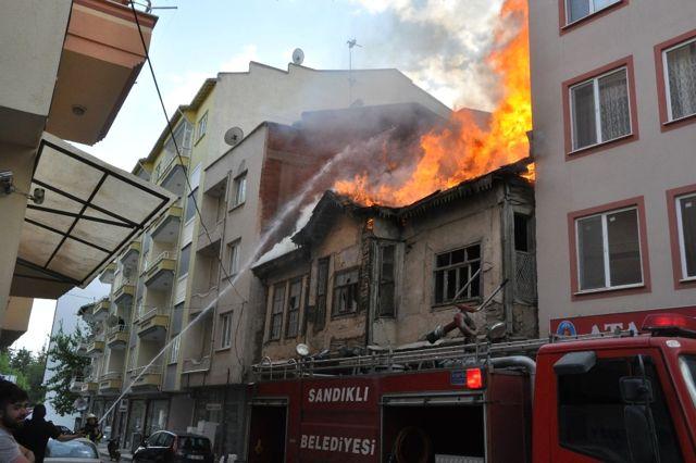 Sandıklı'da Koruma Altındaki 200 Yıllık Tarihi Binada Yangın