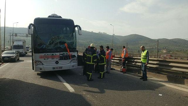 Tem'de Yolcu Otobüsü Tıra Çarptı: 2 Yaralı