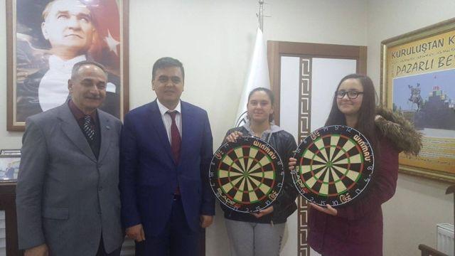 Başkan Yalçın'dan Başarılı Sporculara Dart Board Hediye Etti