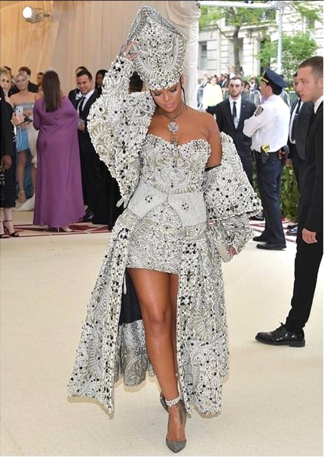 bcdcabbd6e0a6 Rihanna'nın Dini Temalı Gala Kıyafeti Herkesi Hayran Bıraktı
