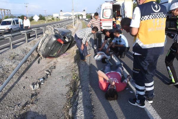 Bariyerlere Çarpan Otomobil Ters Döndü: 4 Yaralı