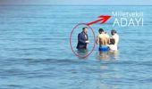 Saadet Partisi Milletvekili Adayından Sıra Dışı Kampanya! Takım Elbise ile Denize Girdi