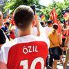Almanya'da Yaşayan Türkler, Mesut Özil İçin Sokaklara Döküldü