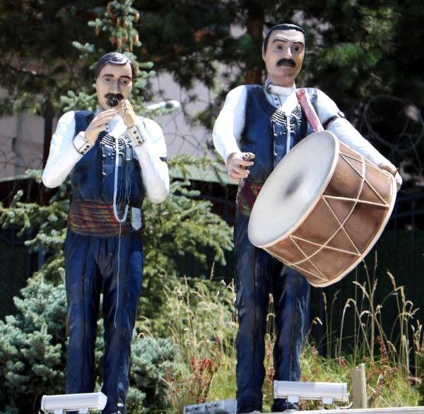 Dadaş Bar Ekibi Heykelinin Zurnası ve Tokmağı Kayıp