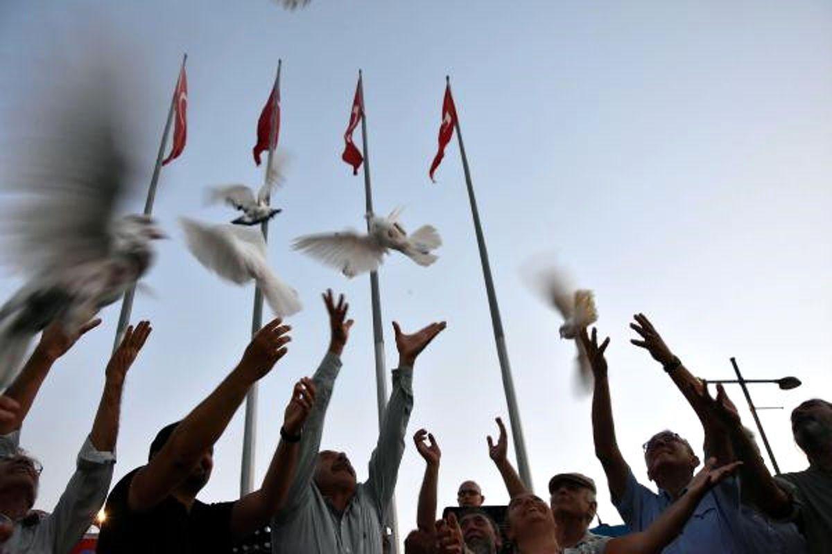 İzmir'de, 'Adaletsizliğe Karşı Şiir' Okundu