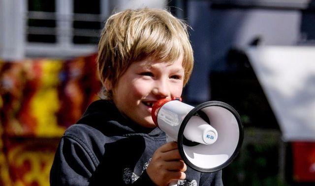 Almanya'da Çocuklar Sokağa Döküldü! Küçük Çocuklar, Anne-Babalarının Çok Fazla Telefonla İlgilenmesini Protesto Etti