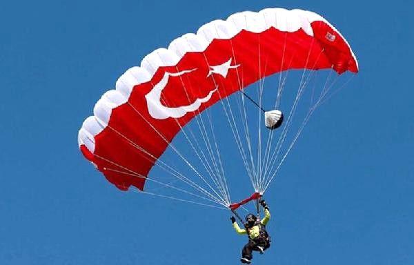 Paraşütçüler Gökyüzünü Renklendirdi