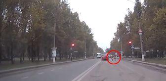 Ukrayna'da Kırmızı Işıkta Geçen Araca Tekme Atıp Canını Hiçe Sayan Adam Kamerada