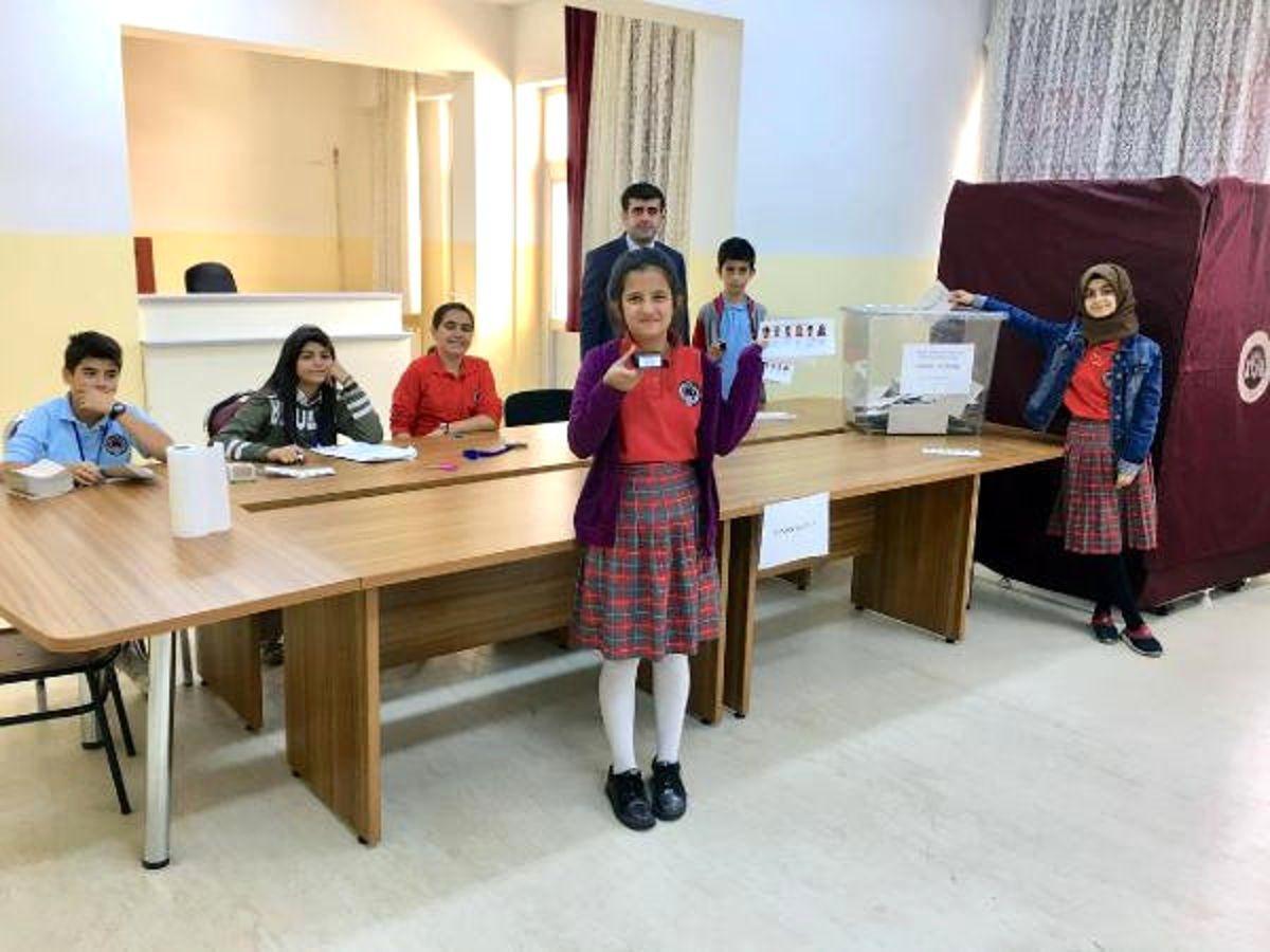 Öğrencilerin 'Okul Meclis Başkanlığı' Seçimi Genel Seçim Havasında Seçti
