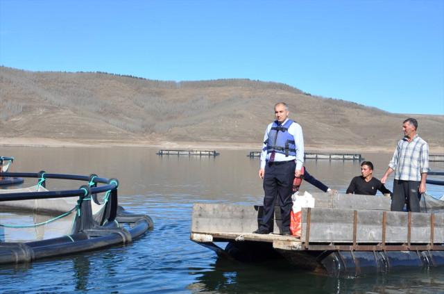 Erzurumİl Tarım ve Orman Müdürlüğünden yapılan açıklamada, ilçedeki Kuzgun Barajı Gölü'nde yer alan 5 tesiste alabalık üretimi yapıldığı aktarıldı. Temiz suyu ile öne çıkan göldeki tesislerde her yıl ortalama 1300 ton alabalık üretildiği aktarılan açıklamada, bu balıklarınTürkiye'nin çeşitli illerine satıldığı belirtildi. | Sungurlu Haber