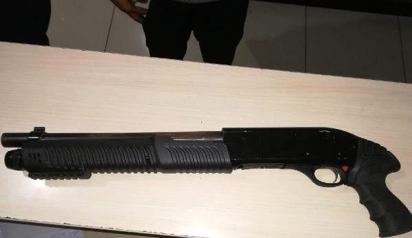 Bara Pompalı Tüfekle Geldi, Polis Gözaltına Aldı