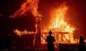 Ünlü Oyuncu Gerard Butler, ABD'deki Büyük Yangında Küle Dönmüş Evinin Önünde Selfie Çekti