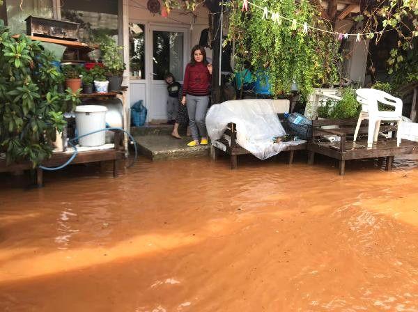 Demre'de Şiddetli Yağış Seralarda Zarara Yol Açtı