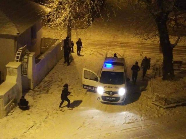Polisler Miniklerin Kar Sevincine Ortak Oldu