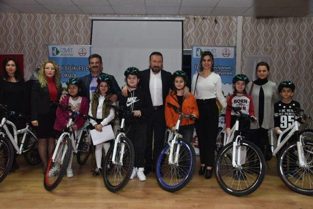 İzmit'te Öğrenciler Bisikletlerine Kavuştu