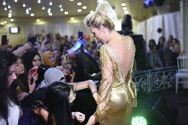 Ünlü Şarkıcı Seda Sayan'ın, Konserde İzdihamdan Dolayı Elbisesi Yırtıldı