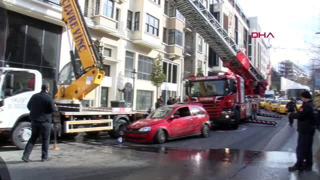 Otomobilin Çaptığı Vincin Sepetinde Mahsur Kaldılar