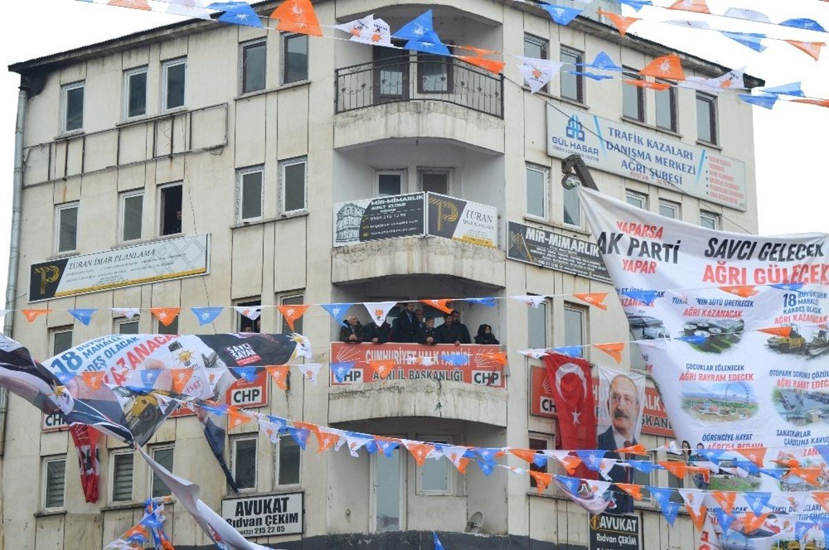 CHP Belediye Başkan Adayı Cumhurbaşkanı Erdoğan'ı Balkondan Takip Etti