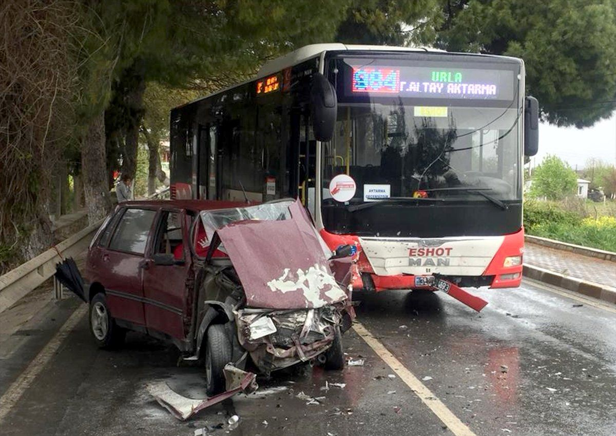 Urla'da Belediye Otobüsüne Çarpan Otomobilin Sürücüsü Yaralandı