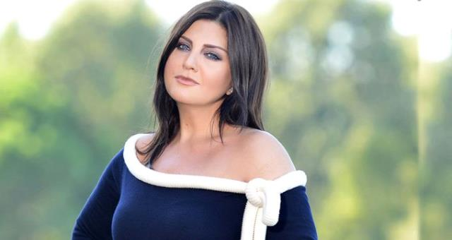 Sibel Can, Pembe Elbisesiyle Hayranlarını Büyüledi