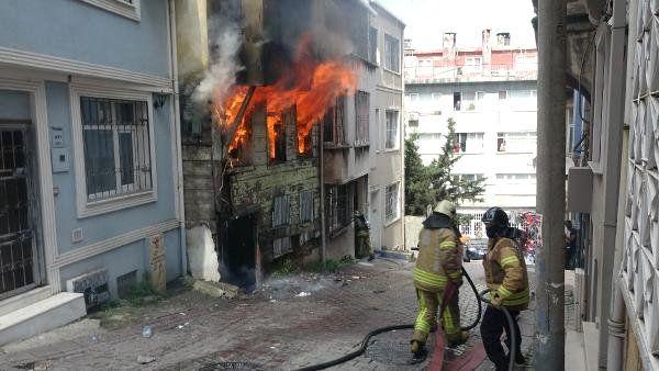 Ek Fotoğraflar//beyoğlu'nda Metruk Bina Yangın Sırasında Çöktü