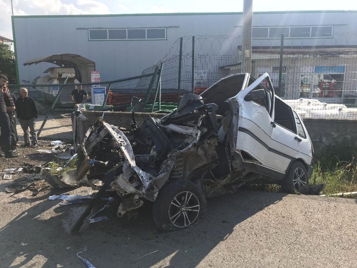 Hurdaya dönen araçtaki 6 kişi yaralandı