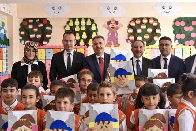 Vali Elban, öğrencilerin karne heyecanına ortak oldu