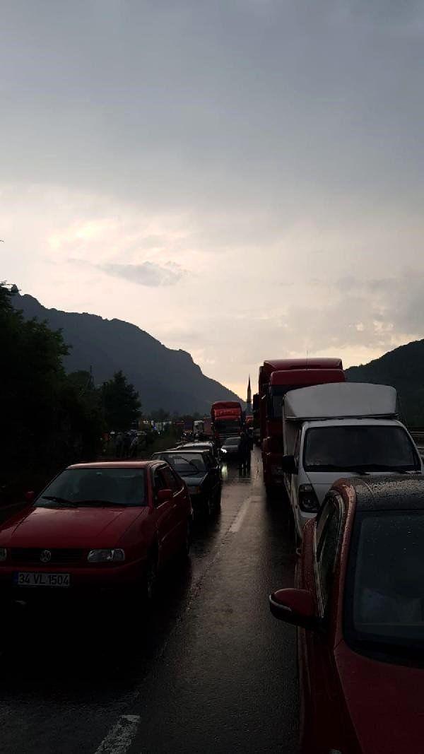 Geyve'de yoğun sağanak yağışta araçlar mahsur kaldı (1)