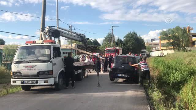 Tankerle karşılaşan otomobil yola sığmayınca dereye düştü - KOCAELİ