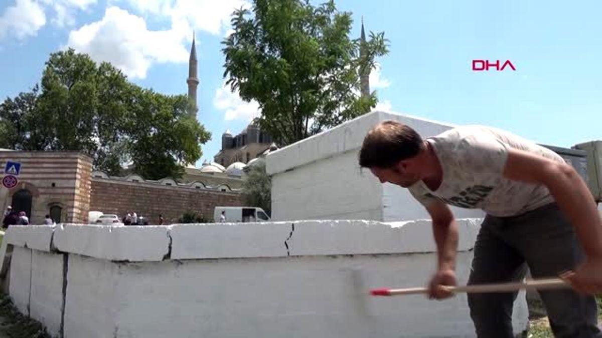 Edirne Selimiye Camisi Nin Bahce Disindaki Duvarlari Sprey Boya