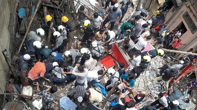 Hindistan'da 100 yıllık bina çöktü; 4 ölü, onlarca kişi enkaz altında