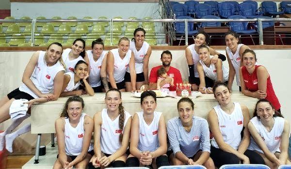 A Kadın Milli Voleybol Takımı'nın İzmir kampı başladı