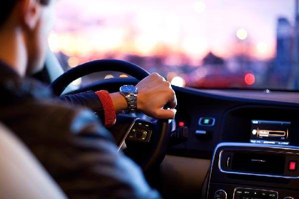 İngiltere'de genç sürücülerin gece araç kullanmaları yasaklanabilir