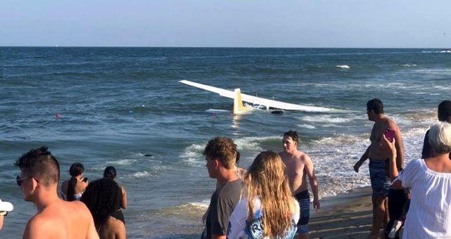 Motoru arızalanan küçük uçak suya acil iniş yaptı