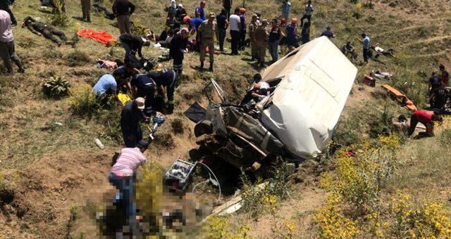 Van'da göçmenleri taşıyan minibüs takla attı: 15 ölü, 27 yaralı