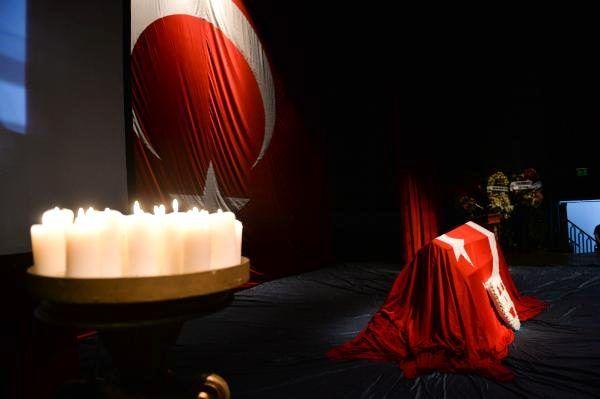 Tiyatro yazarı Tuncer Cücenoğlu için tören düzenlendi