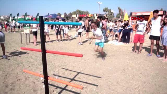Arsuz'da binlerce genç, festival için kilometrelerce kuyruk oluşturdu