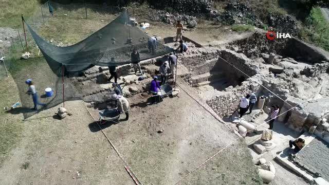 Antik çağın hac merkezindeki kazılarda 1800 yıllık sikke ve kemik tokalar ortaya çıktı.