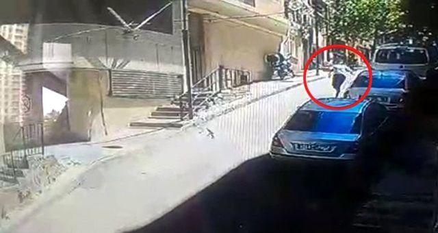 Uyurgezer genç, dördüncü kattan otomobilin üzerine düştü! Mucize kurtuluş kamerada