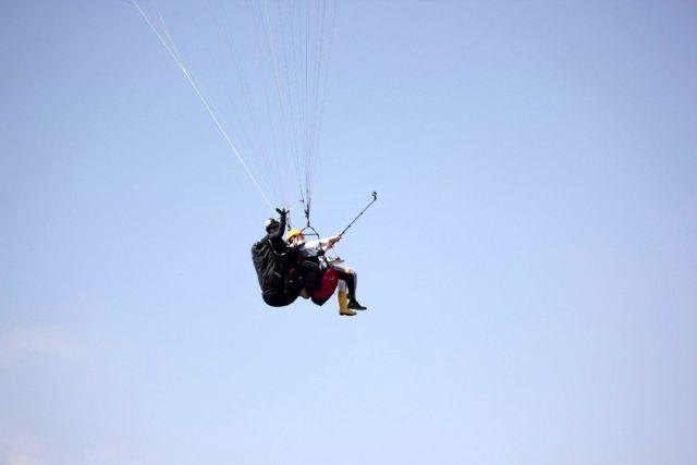 Paraşütle atladı, havada çay doldurdu